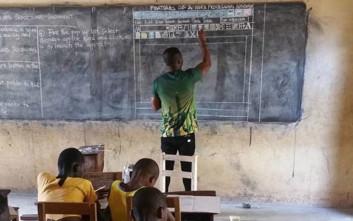 Ο δάσκαλος που δίδασκε πληροφορική ζωγραφίζοντας στον πίνακα