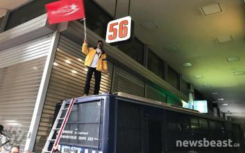 Διαδηλωτής ανέβηκε σε κλούβα της αστυνομίας και ύψωσε σημαία της ΛΑΕ