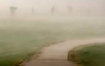 Αέρας κάνει τη βροχή να πέφτει οριζόντια