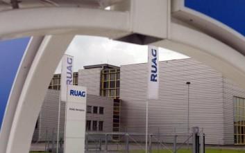 """ARCHIV --- Aussenansicht der RUAG Aerospace, aufgenommen am 25. September 2002 vor der Produktionsstaette in Emmen LU.  Das Schweizer Technologieunternehmen RUAG kauft die beiden renbtablen Teile """"Services"""" und """"Components"""" des konkursiten deutschen Flugzeugbauers Fairchild Dornier. Wie RUAG am Freitag, 20. Dezember 2002 mitteilte, erfolgte der Zuschlag durch den Glaeubigerausschuss. Mit den beiden Teilen von Fairchild Dornier wolle RUAG die Bereiche Flugzeugunterhalt und Strukturbau bei der Tochter RUAG Aerospace ausbauen, hiess es weiter. Die Einzelheiten des Kaufs wuerden in den kommenden Wochen ausgehandelt. (AP Photo/Keystone/Urs Flueeler)"""