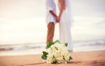 Δίπλα παντρεύονταν κι εκείνη ατάραχη, συνέχιζε την ηλιοθεραπεία της