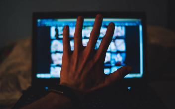 Η Βρετανία καθυστερεί τους περιορισμούς στα πορνογραφικά σάιτ