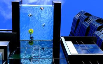 Πισίνα με γυάλινο βυθό σε ύψος 23 μέτρων από το έδαφος