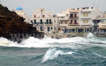 Ισχυροί άνεμοι και πελώρια κύματα «χτύπησαν» την Πάρο