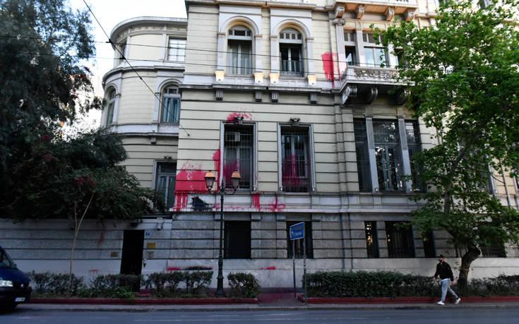 Φωτογραφίες από την επίθεση του Ρουβίκωνα στην πρεσβεία και το προξενείο της Γαλλίας