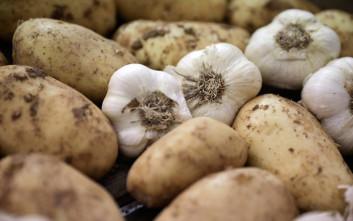 Ένα απλό κόλπο για να μη μαυρίζουν οι πατάτες όταν τις καθαρίζετε