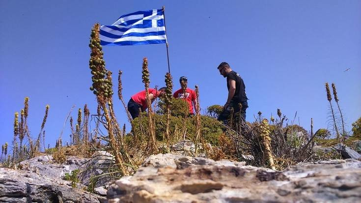 Ο νεαρός που ύψωσε τη σημαία στη βραχονησίδα απαντά στον Καμμένο