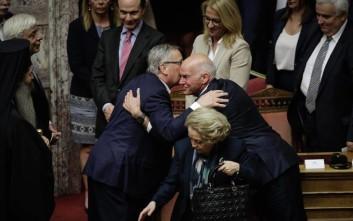 Η αγκαλιά του Γιούνκερ και του Παπανδρέου στη Βουλή