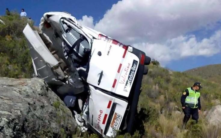 Λεωφορείο με τουρίστες έπεσε σε χαράδρα 20 μέτρων στο Περού