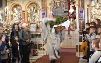 Ο παπά Χριστόφορος ξεσήκωσε και φέτος τους πιστούς και σκόρπισε δάφνες