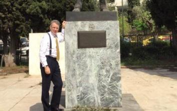 Ο πρέσβης των ΗΠΑ στο άγαλμα του Τρούμαν μετά τα επεισόδια
