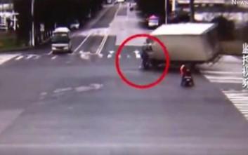 Μηχανάκι παραβίασε κόκκινο και ένα φορτηγό πέρασε από πάνω του