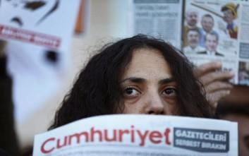 Τουρκικό δικαστήριο διατήρησε τις ποινές φυλάκισης για δημοσιογράφους της Cumhuriyet
