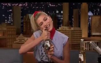 Η Hailey Baldwin ανοίγει μπουκάλια μπίρας με τα δόντια