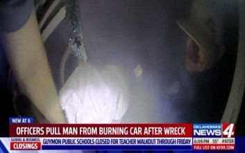 Αστυνομικοί βγάζουν από φλεγόμενο όχημα τον οδηγό του