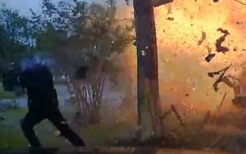 Αυτοκίνητο σφηνώθηκε σε σπίτι και προκάλεσε τρομακτική έκρηξη