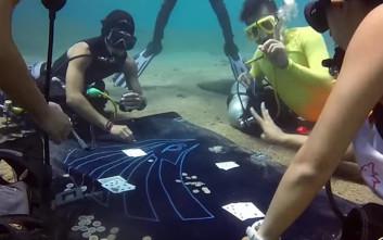 Δύτες παίζουν... υποβρύχιο πόκερ