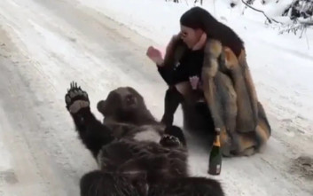Πλουσιόπαιδο του Instagram με γούνα χαϊδεύει αρκούδα και προκαλεί οργή