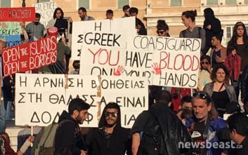 Πρόσφυγες διαμαρτύρονται στο Σύνταγμα για το ναυάγιο με 16 νεκρούς στο Αγαθονήσι