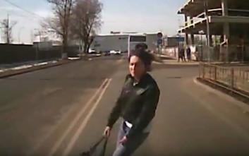 Ρωσίδα πέφτει στις ρόδες αυτοκινήτου για να αποσπάσει λεφτά