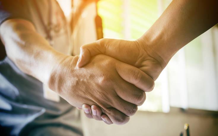 Ο κορονοϊός μπορεί να φέρει το τέλος της χειραψίας;