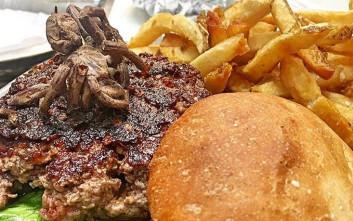Εστιατόριο προσκαλεί το κοινό να δοκιμάσει μπέργκερ με ταραντούλα και κρέας πύθωνα