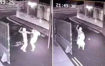 Σοκαριστικό βίντεο με άνδρα να μαχαιρώνει γυναίκα για να τη ληστέψει