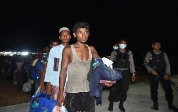 Φεύγουν για να γλιτώσουν από τις μάχες στη Μιανμάρ