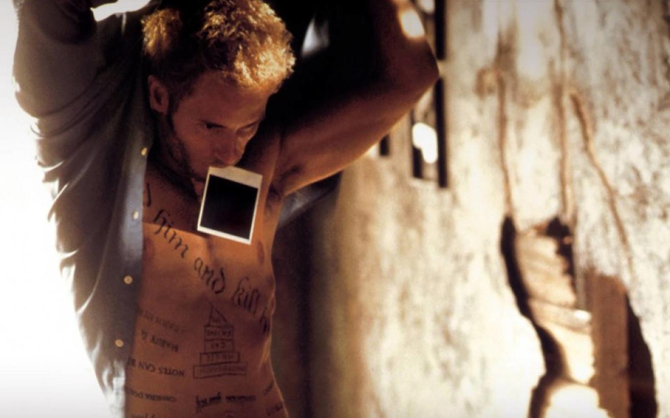 «Memento», ο σεναριακός λαβύρινθος που έπαιξε με το χρόνο και το μυαλό μας