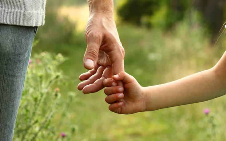 Σκότωσε στο ξύλο τη 2χρονη κόρη της φίλης του γιατί δεν σταματούσε να κλαίει