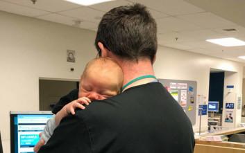 Νοσοκομειακός γιατρός κάνει τη δουλειά του με ένα... μωρό στην αγκαλιά