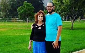Είναι 72 ετών, γιαγιά έξι εγγονιών και σύζυγος 19χρονου