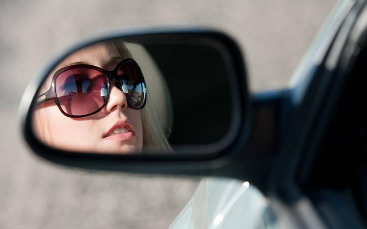 Μια γυναίκα πιάνει το τιμόνι κι απαντά στα κλισέ της γραφικής «σοφερίνας»