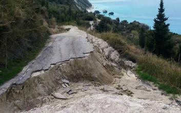 Κόπηκε στη μέση δρόμος σε παραλία της Λευκάδας