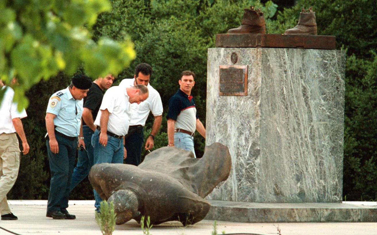 Η πολύπαθη ιστορία του πιο μισητού αγάλματος της Αθήνας