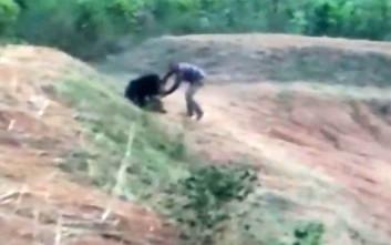 Πήγε να βγάλει selfie με αρκούδα, το πλήρωσε με τη ζωή του