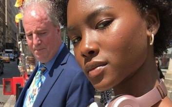 Το... αδιάκριτο βλέμμα ενός πατέρα και η αντίδραση της κόρης του
