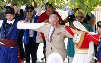 Ο Κάρολος και η Καμίλα χορεύουν σε κρητικό γλέντι