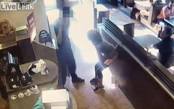 Αφόδευσε μέσα στο εστιατόριο και πέταξε τις ακαθαρσίες στον υπάλληλο