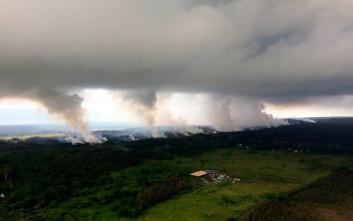 Στάχτη και καπνός στον ουρανό από την έκρηξη του ηφαιστείου Κιλαουέα