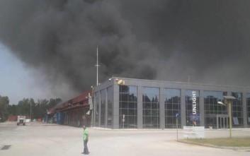 Πυροσβεστικές δυνάμεις από όλη τη Μακεδονία και Θράκη επιχειρούν στο φλεγόμενο εργοστάσιο