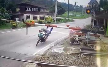 Γυναίκα χτυπάει πάνω σε μπάρα και πέφτει από τη μηχανή της