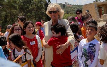 Η αγκαλιά του πιτσιρικά στην Καμίλα κατά την επίσκεψη στην Κνωσσό