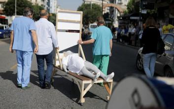 Με λαιμητόμο διαδήλωσαν οι εργαζόμενοι νοσοκομείων στη Θεσσαλονίκη