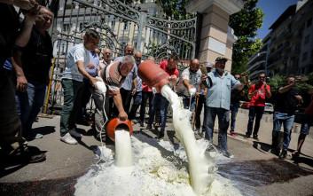 Έριξαν γάλα στην είσοδο του υπουργείου Μακεδονίας - Θράκης