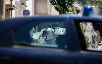 Επιθέσεις με μολότοφ στο Φλαμπουράρη και στα γραφεία του ΠΑΣΟΚ