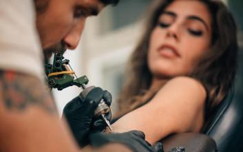 Τατουατζής της «χτύπησε» λάθος το όνομα του γιου της και εκείνη σκέφτηκε δημιουργικά