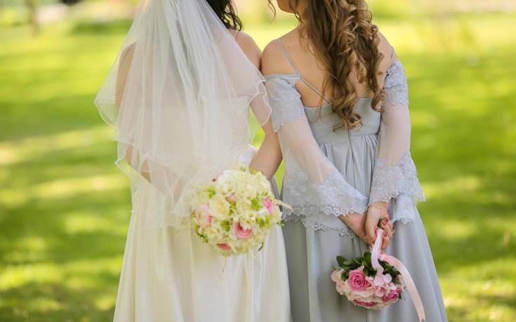 Η νύφη «έκανε» την κουμπάρα για να γλιτώσει από τους δημοσιογράφους
