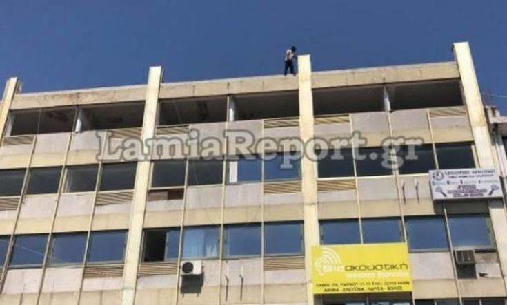 Η στιγμή που αστυνομικός αποτρέπει την αυτοκτονία άντρα στη Λαμία