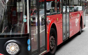 Τον έπιασε να αυνανίζεται στο λεωφορείο, αλλά η απάντηση του οδηγού την άφησε άφωνη